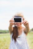 Morenita bonita que toma un selfie en parque Fotos de archivo