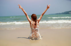 Morenita bronceada hermosa en el bikini blanco que se sienta en la playa Fotos de archivo libres de regalías