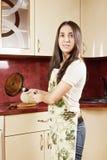 Morenita con el sartén Foto de archivo libre de regalías