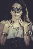 Morenita con la máscara veneciana Joyería y belleza Foto de la manera Imagenes de archivo
