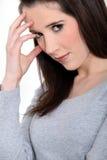 Morenita con un dolor de cabeza. Fotografía de archivo libre de regalías