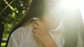 Morenita de la elegancia en las gafas de sol que caminan en cámara en la cámara lenta almacen de video