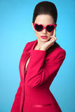 Morenita de moda de moda que lleva en gafas de sol y rojo del corazón Imagen de archivo libre de regalías