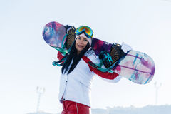 Morenita de pelo largo en el esquí sui Imagen de archivo