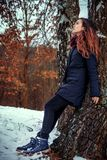 Morenita de pelo largo en una chaqueta del invierno Imagen de archivo