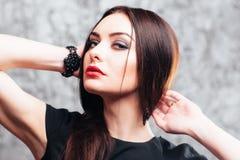 Morenita del contraste con maquillaje brillante e intrépido Foto de archivo libre de regalías