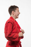 Morenita del muchacho del deportista en un kimono rojo Imagenes de archivo