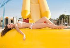 Morenita delgada atractiva Foto de archivo libre de regalías