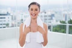 Morenita deportiva sonriente con la toalla blanca en hombros Fotos de archivo libres de regalías