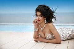 Morenita elegante de la moda de la belleza en vestido de lujo con el judío del diamante Foto de archivo libre de regalías