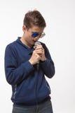 Morenita emocional del muchacho del adolescente en gafas de sol con un micrófono Imagen de archivo