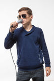 Morenita emocional del muchacho del adolescente en gafas de sol con un micrófono Fotografía de archivo