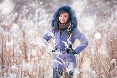 Morenita en bosque del invierno Fotografía de archivo libre de regalías