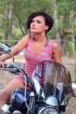 Morenita en la rueda de la bici, retrato Foto de archivo libre de regalías