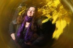 Morenita en parque del otoño Imágenes de archivo libres de regalías