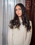 Morenita en un suéter hecho punto Fotografía de archivo