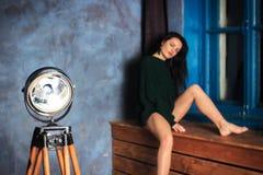 Morenita en una chaqueta verde oscuro Fotografía de archivo