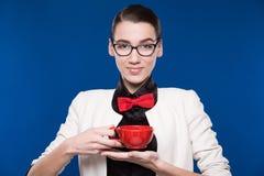 Morenita en vidrios con una taza en sus manos Fotografía de archivo libre de regalías