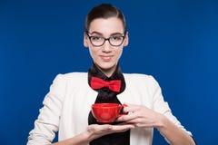 Morenita en vidrios con una taza en sus manos Imagen de archivo libre de regalías