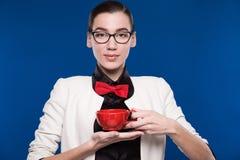 Morenita en vidrios con una taza en sus manos Fotos de archivo libres de regalías