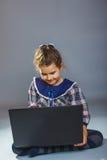 Morenita europea del aspecto del adolescente del niño de la muchacha Imágenes de archivo libres de regalías