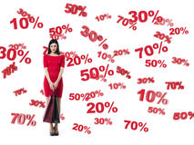Morenita feliz en un vestido rojo con los panieres Símbolos del descuento y de la venta: el 10% el 20% el 30% el 50% el 70% Foto de archivo libre de regalías