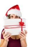 Morenita festiva que sostiene un regalo Imágenes de archivo libres de regalías