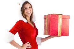 Morenita festiva que sostiene un regalo Foto de archivo libre de regalías