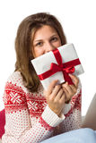 Morenita festiva que sostiene un regalo con la cinta roja Fotografía de archivo
