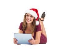 Morenita festiva usando la PC de la tableta Foto de archivo libre de regalías