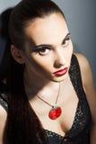 Morenita fina con los labios rojos brillantes fotografía de archivo libre de regalías