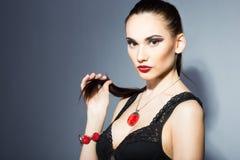 Morenita fina con los labios rojos brillantes Fotos de archivo libres de regalías