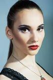 Morenita fina con los labios rojos brillantes Foto de archivo libre de regalías