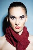 Morenita fina con los labios rojos brillantes Imagenes de archivo