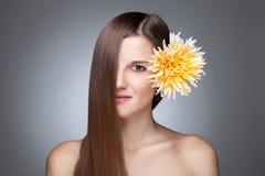 Morenita hermosa con el pelo recto largo Imágenes de archivo libres de regalías