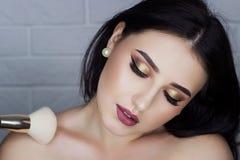 Morenita hermosa con maquillaje profesional imágenes de archivo libres de regalías