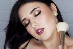 Morenita hermosa con maquillaje profesional imagenes de archivo