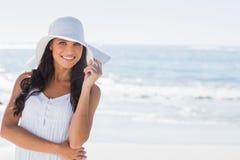 Morenita hermosa en el sunhat blanco que sonríe en la cámara Imagen de archivo libre de regalías