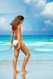 Morenita hermosa en sueños de un bikini del blanco Imágenes de archivo libres de regalías