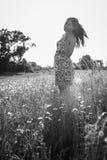 Morenita hermosa en un campo de trigo Foto de archivo