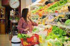 Morenita hermosa en un supermercado Fotos de archivo