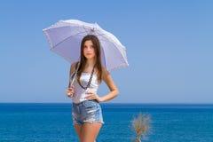 Morenita hermosa joven con el paraguas blanco Imagenes de archivo