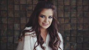 Morenita hermosa joven de la mujer que mira a la cámara y a la sonrisa metrajes