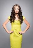 Morenita hermosa, joven en el vestido brillante que lleva la corona de oro Imagen de archivo libre de regalías