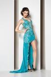 Morenita hermosa joven en vestido azul en blanco imagen de archivo libre de regalías