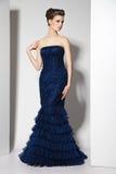 Morenita hermosa joven en vestido azul en blanco foto de archivo libre de regalías