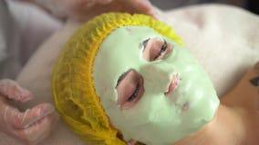 Morenita hermosa que consigue un tratamiento facial en el balneario de la salud metrajes