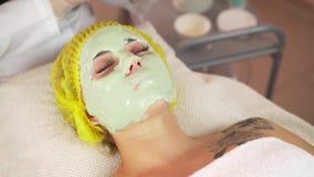 Morenita hermosa que consigue un tratamiento facial en el balneario de la salud almacen de metraje de vídeo