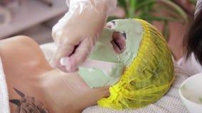 Morenita hermosa que consigue un tratamiento facial en el balneario de la salud almacen de video
