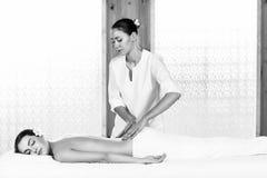 Morenita hermosa que disfruta de un masaje imagen de archivo libre de regalías
